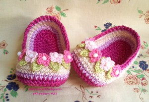 slippers_crochet_with_wreath_for_baby_by_nekomaru85-d6jsc8y